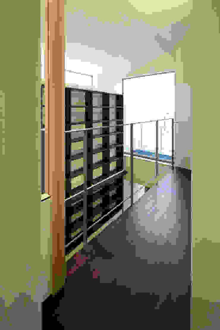 ねことひきこもる家 2階廊下 モダンスタイルの 玄関&廊下&階段 の アーキシップス古前建築設計事務所 モダン