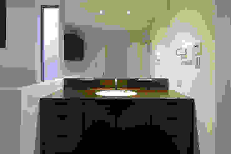 ねことひきこもる家 洗面脱衣室 モダンスタイルの お風呂 の アーキシップス古前建築設計事務所 モダン