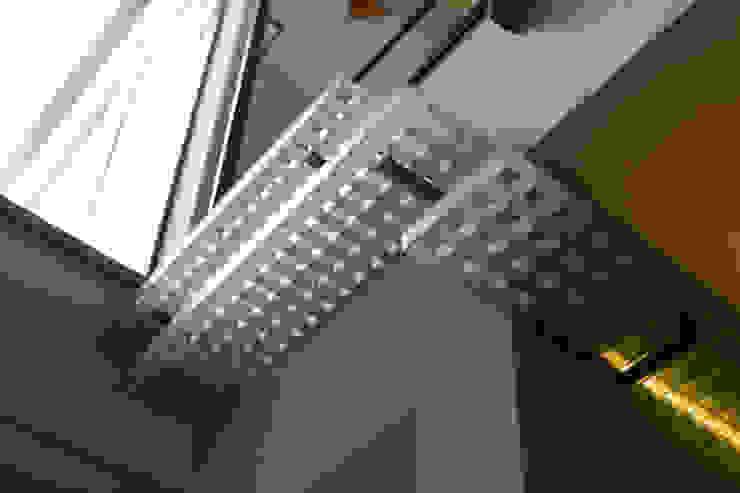 Paredes y pisos modernos de アーキシップス古前建築設計事務所 Moderno