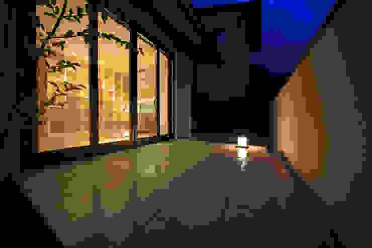 湖風の家 テラス夜景 モダンデザインの テラス の アーキシップス古前建築設計事務所 モダン