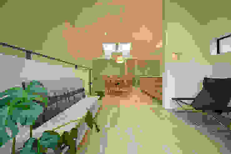 湖風の家 リビングからダイニング方向 モダンデザインの リビング の アーキシップス京都 モダン