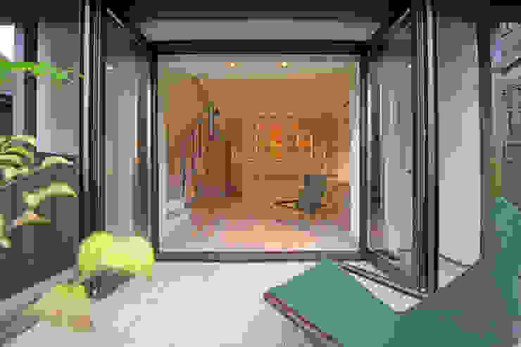 湖風の家 テラスから書斎を見る モダンデザインの テラス の アーキシップス古前建築設計事務所 モダン