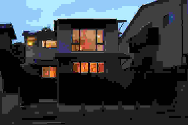 湖風の家 全景夕景 モダンな 家 の アーキシップス古前建築設計事務所 モダン