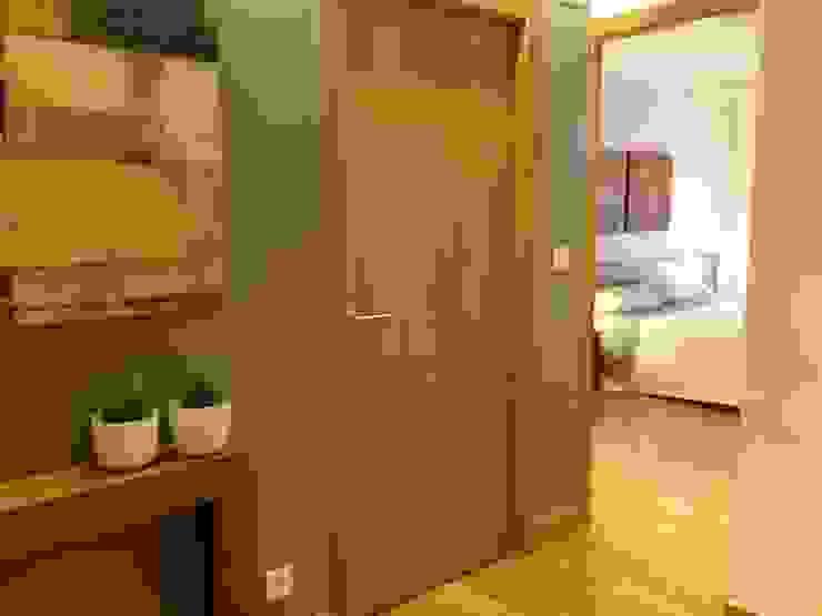 Entrada-hall Pasillos, vestíbulos y escaleras de estilo moderno de RODEK arquitectura interior Moderno