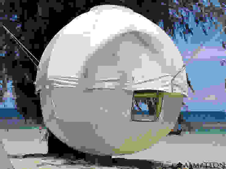 Cocoon Tree Bed 2 personnes, installé sur une plage, suspendu à deux arbres. Bars & clubs originaux par Almateon Éclectique