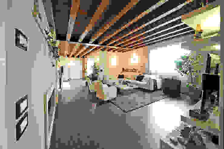 Soggiorno classico con pavimento rovere di Mardegan Legno Classico