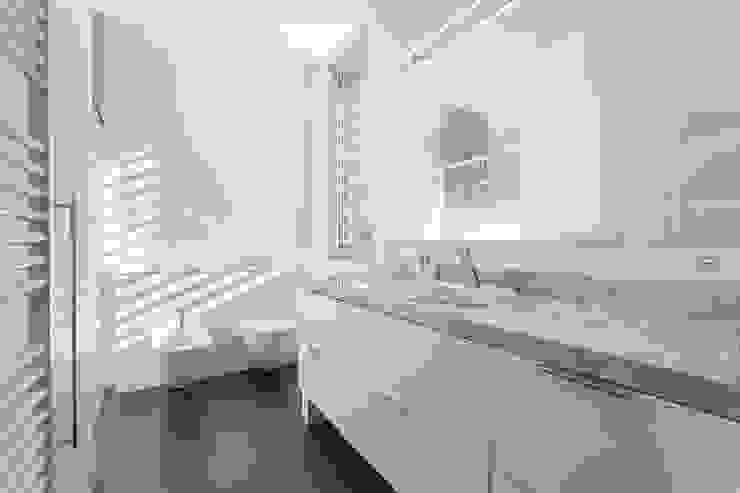 Baño - Grey House | 08023 Arquitectos - Barcelona Baños de estilo moderno de 08023 Architects Moderno
