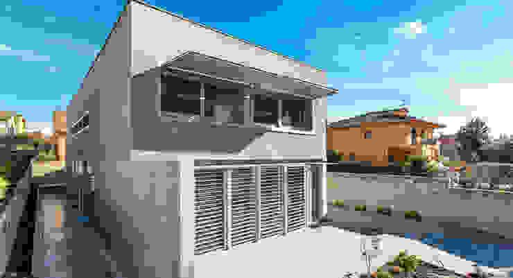 Exterior - Grey House   08023 Arquitectos - Barcelona Casas industriales de homify Industrial