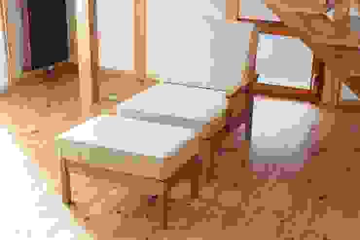 1P sofa: trusty wood worksが手掛けた折衷的なです。,オリジナル