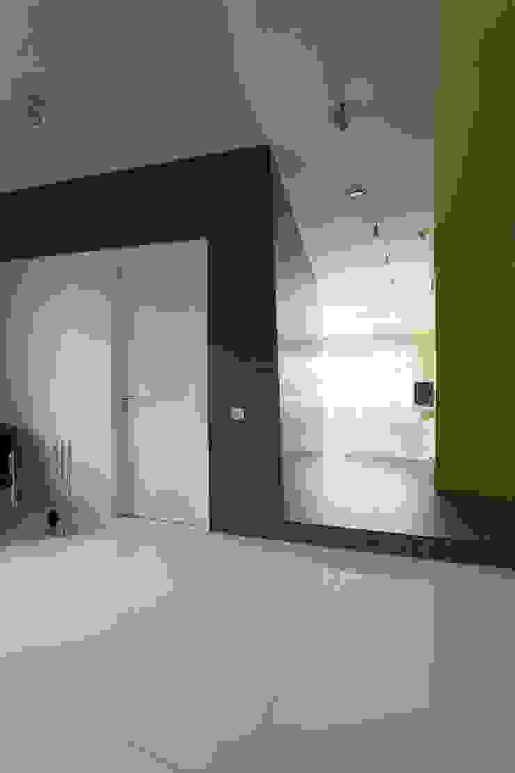 Квартира в Юрмале Коридор, прихожая и лестница в стиле минимализм от ARTRADAR ARCHITECTS Минимализм