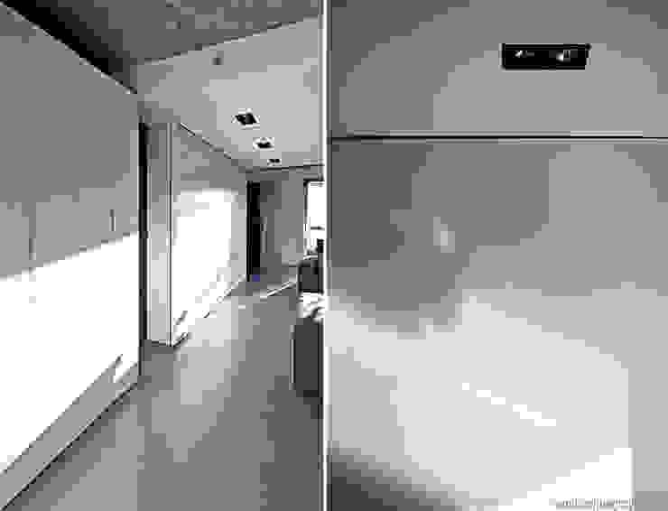 Aranżacja wnętrza mieszkania w Gdyni Minimalistyczny salon od ANIEA Minimalistyczny