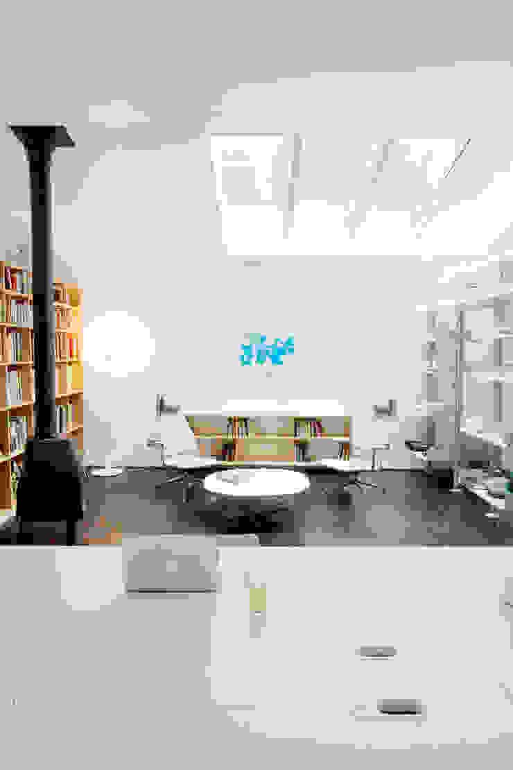 Jasper Morrison Design Office and Studio – London 北欧デザインの リビング の Caseyfierro Architects 北欧