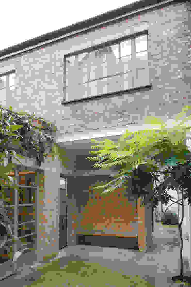 Jasper Morrison Design Office and Studio – London モダンデザインの テラス の Caseyfierro Architects モダン