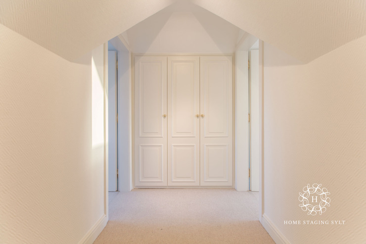 Classic style corridor, hallway and stairs by Home Staging Sylt GmbH Classic