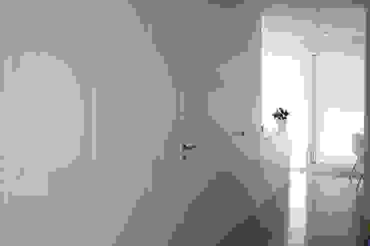 Puertas y revestimiento lacado blanco de MUDEYBA S.L. Moderno