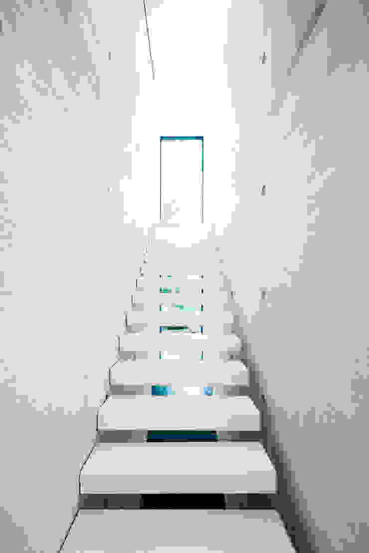 dom_w_parku_4_arc2 Minimalistyczny korytarz, przedpokój i schody od ArC2 Fabryka Projektowa sp.z o.o. Minimalistyczny