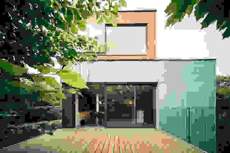 dom_w_parku_6_arc2 Minimalistyczny balkon, taras i weranda od ArC2 Fabryka Projektowa sp.z o.o. Minimalistyczny