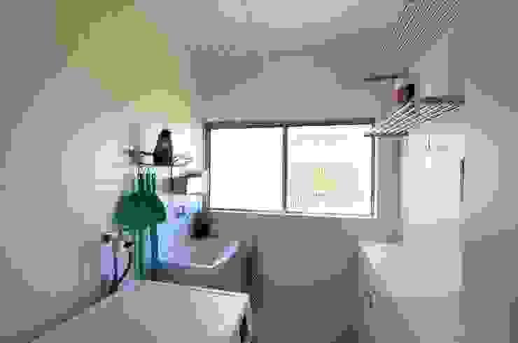 Lavanderia Cozinhas minimalistas por Natali de Mello - Arquitetura e Arte Minimalista