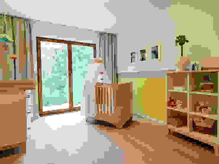 Minimalistyczny pokój dziecięcy od Bermüller + Hauner Architekturwerkstatt Minimalistyczny