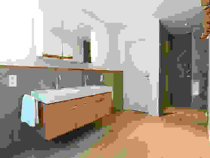 Minimalistyczna łazienka od Bermüller + Hauner Architekturwerkstatt Minimalistyczny