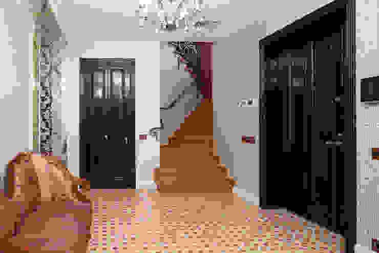 Двухэтажная квартира в Лаврушинском переулке 270 м2 Коридор, прихожая и лестница в классическом стиле от Gallery 63 Классический