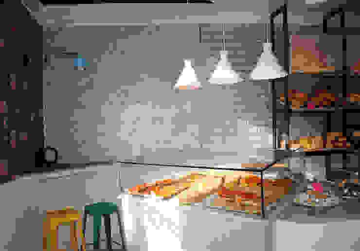 A SMALL BAKERY IN SULMONA Pasquale Mariani Architetto Negozi & Locali commerciali in stile classico