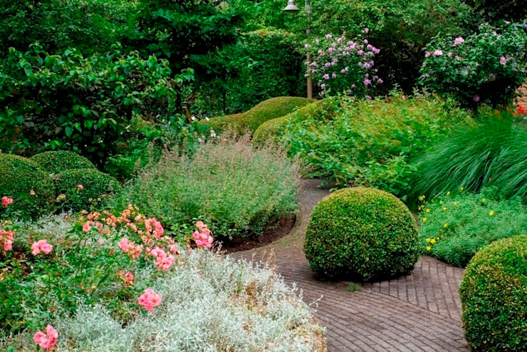Traditional Dutch landscape garden with villa/ Traditionele Nederlandse tuin bij villa. Classic style garden by FLORERA , design and realisation gardens and other outdoor spaces. Classic