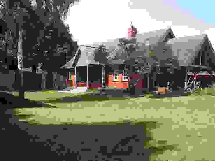 Außenansicht Wohnhaus nach dem Umbau Garten im Landhausstil von Stockwerk Orange Landhaus