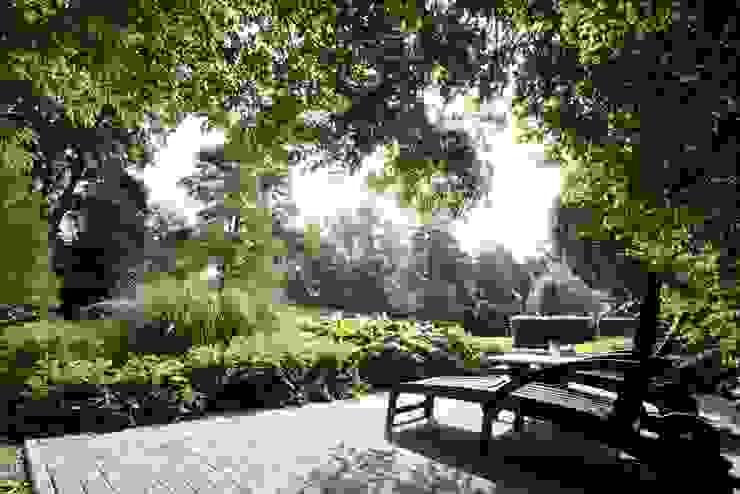 Enjoying koi from terrace in shade nature rich garden in the Netherlands-Genieten van koi vanaf terras in de schaduw natuurrijke tuin Nederland. Country style garden by FLORERA , design and realisation gardens and other outdoor spaces. Country