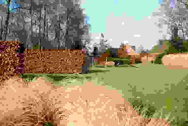Landscape garden with ponds for koi/ Landschappelijke tuin met vijvers voor koi. Country style garden by FLORERA , design and realisation gardens and other outdoor spaces. Country