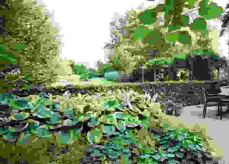 Maintenance friendly nature rich landscape garden- Onderhiudsvriendelijke natuurrijke landschappelijke tuin Country style garden by FLORERA , design and realisation gardens and other outdoor spaces. Country