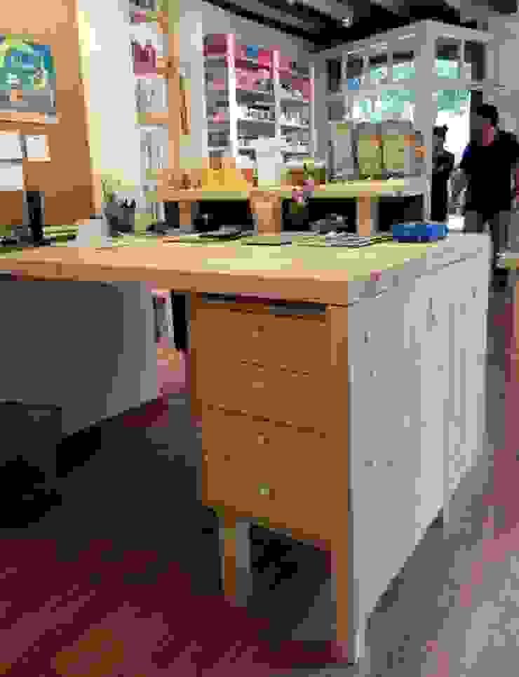 Vista posterior del mostrador Oficinas y tiendas de estilo minimalista de mobla manufactured architecture scp Minimalista
