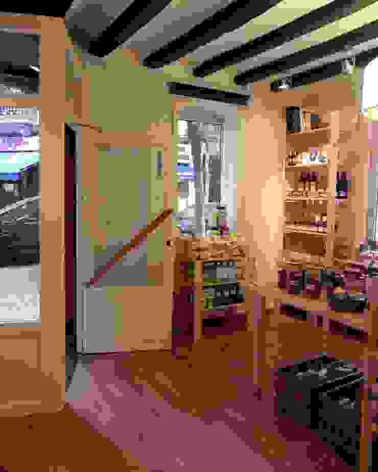 Vista de la entrada a la tienda Oficinas y tiendas de estilo minimalista de mobla manufactured architecture scp Minimalista