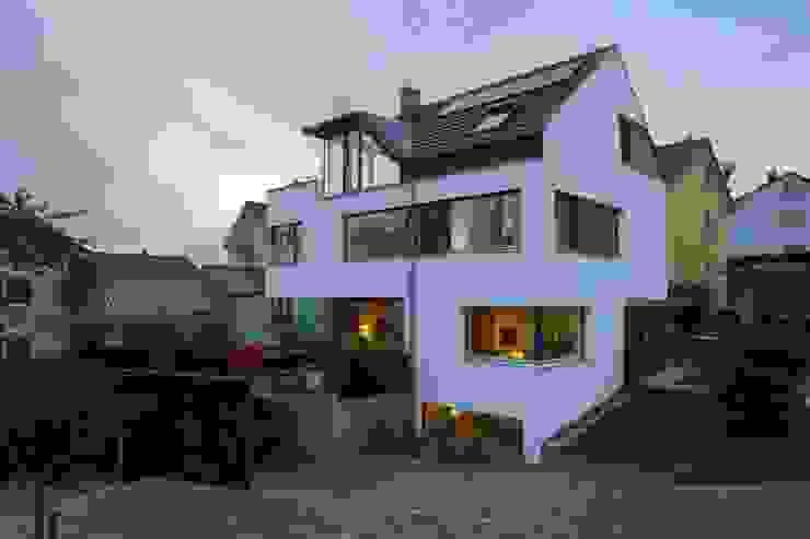 Hofansicht mit Carport und Terrasse Moderne Häuser von w3-architekten Gerhard Lallinger Modern