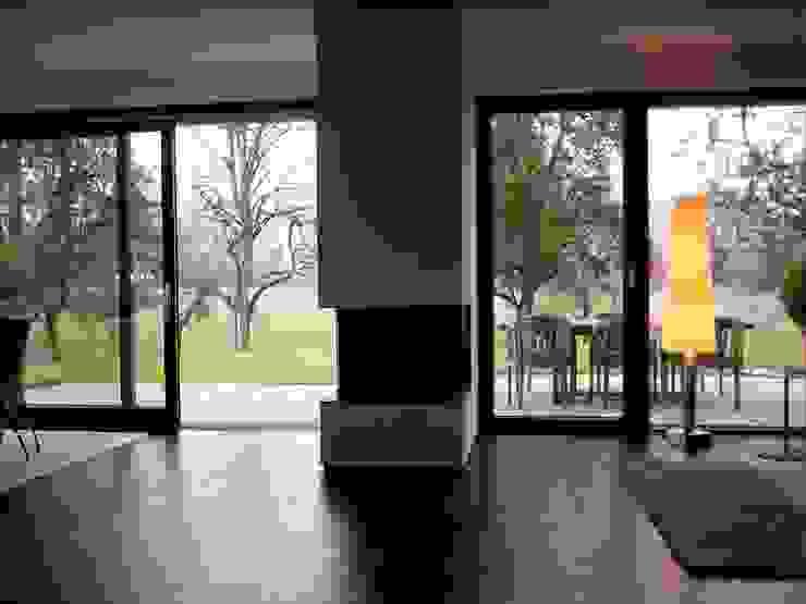 Moderne woonkamers van w3-architekten Gerhard Lallinger Modern