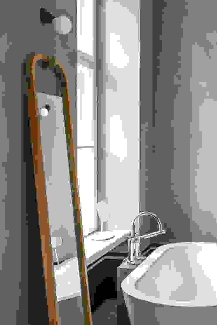 Dom pod Berlinem Skandynawska łazienka od Loft Kolasiński Skandynawski Drewno O efekcie drewna