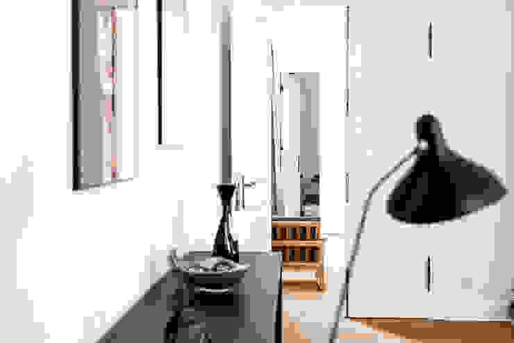 Dom pod Berlinem Skandynawski salon od Loft Kolasiński Skandynawski Drewno O efekcie drewna
