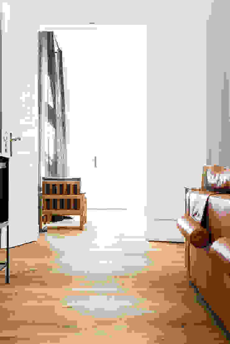 Dom pod Berlinem Skandynawski salon od Loft Kolasiński Skandynawski Skóra Szary