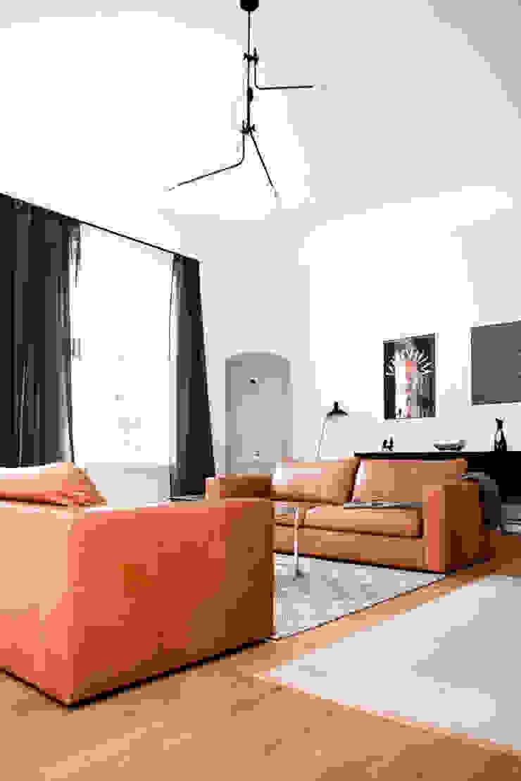 Dom pod Berlinem Skandynawski salon od Loft Kolasiński Skandynawski Lite drewno Wielokolorowy