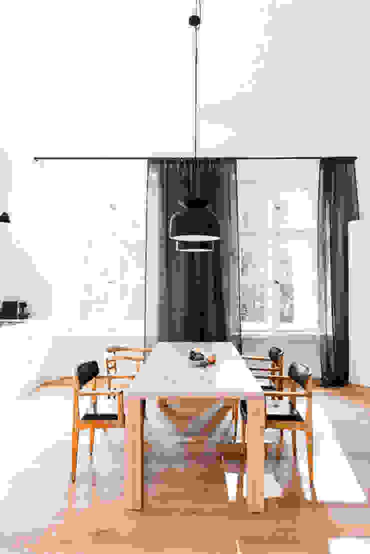 Dom pod Berlinem Skandynawska kuchnia od Loft Kolasiński Skandynawski Drewno O efekcie drewna