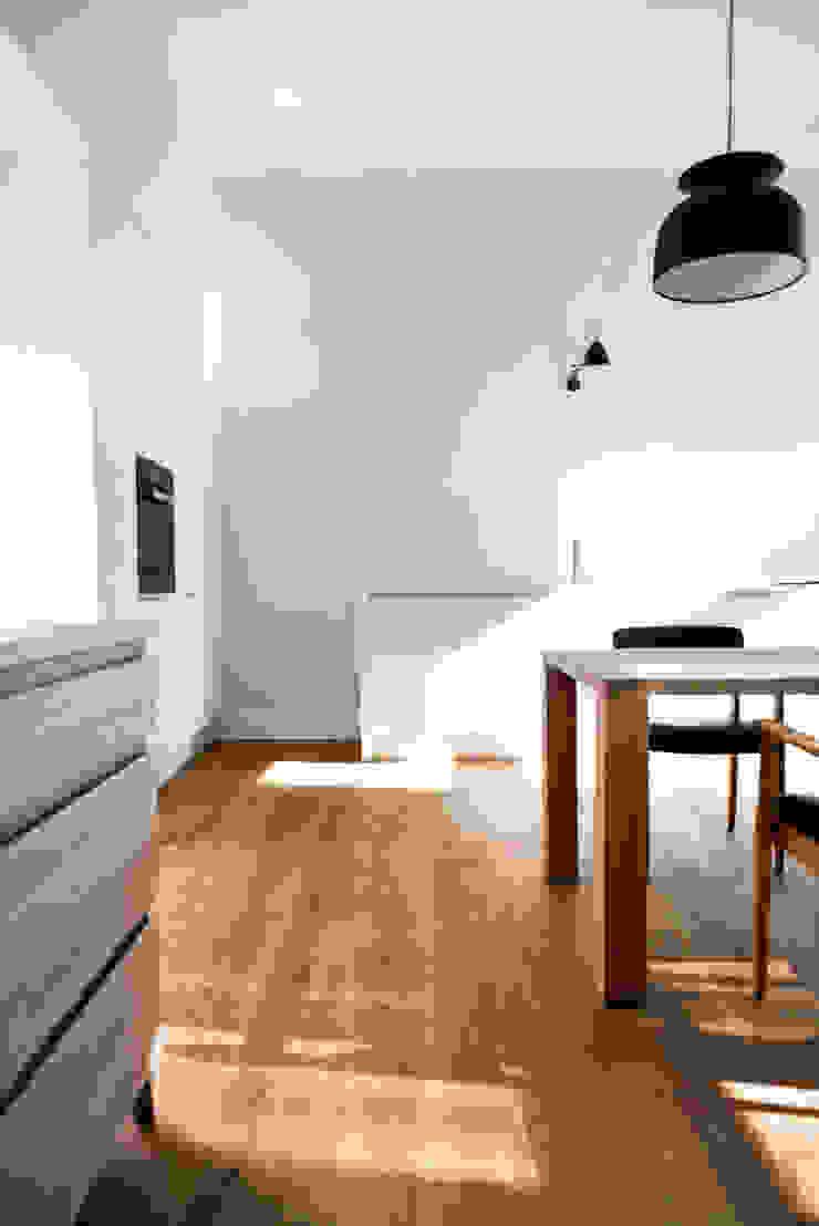 Dom pod Berlinem od Loft Kolasiński Skandynawski Drewno O efekcie drewna