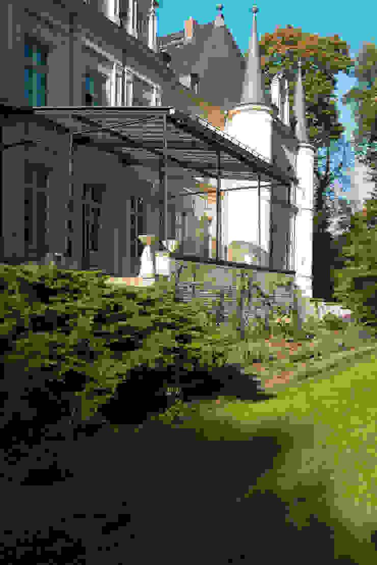 Dom pod Berlinem Skandynawski balkon, taras i weranda od Loft Kolasiński Skandynawski Kamień