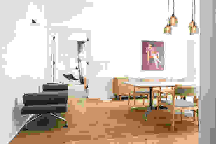 Dom pod Berlinem Skandynawska jadalnia od Loft Kolasiński Skandynawski Lite drewno Wielokolorowy