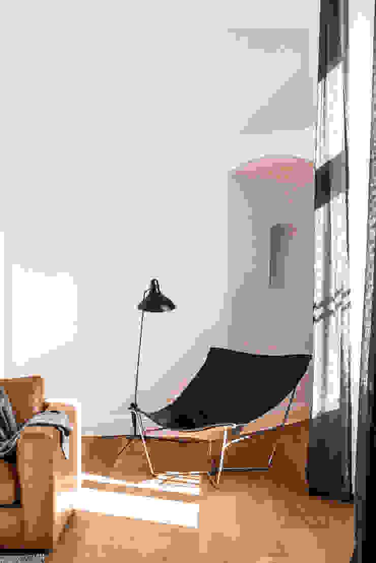 Dom pod Berlinem od Loft Kolasiński Skandynawski Skóra Szary