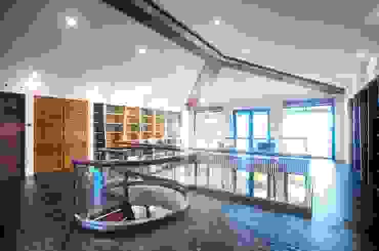 Biblioteca Estudios y despachos de estilo moderno de sanzpont Moderno
