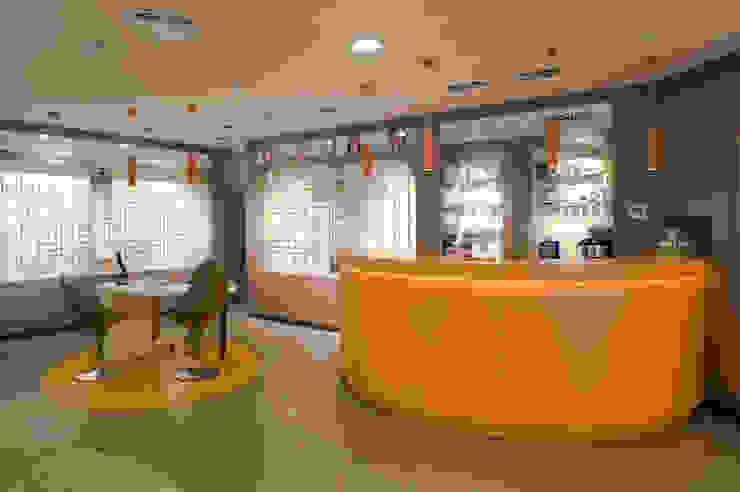 Interiorismo comercial - MultiOpticas de Molins Design Moderno