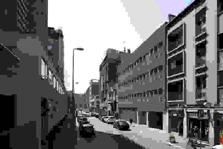 Foto facciata su via Fara Pareti & Pavimenti in stile moderno di Studio di Architettura Fabio Nonis Moderno
