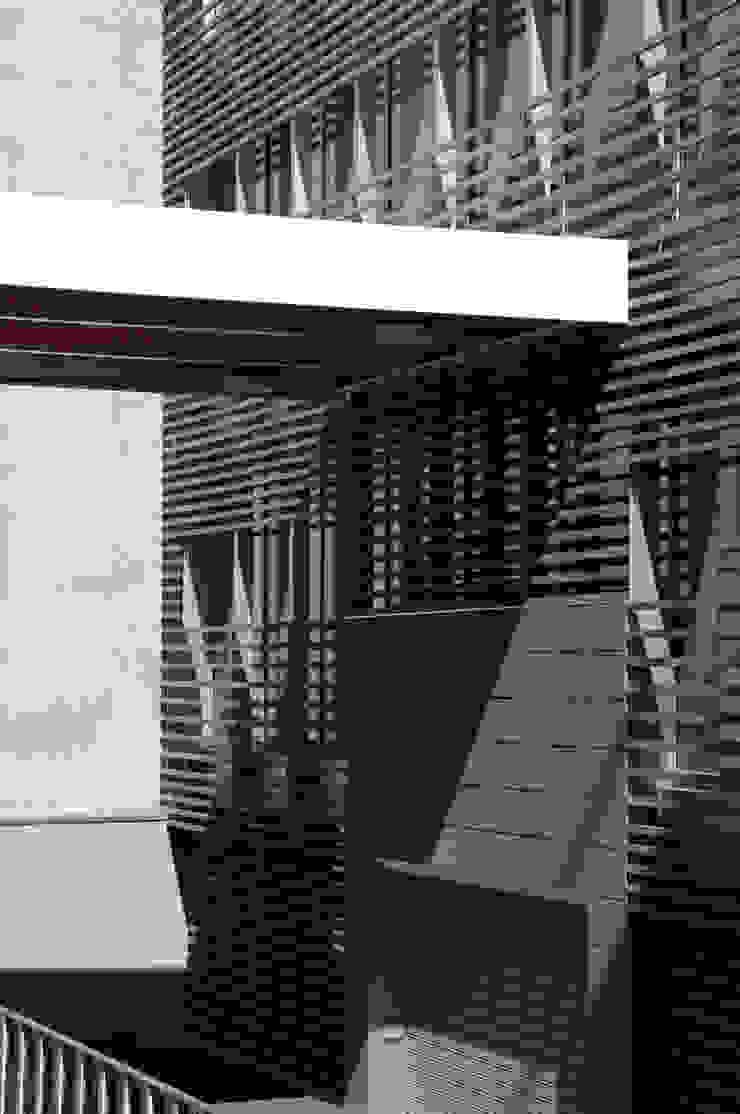 Dettaglio pensilina ingresso su via Cornalia Pareti & Pavimenti in stile moderno di Studio di Architettura Fabio Nonis Moderno