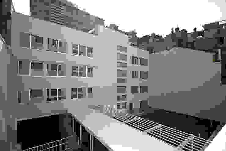 Foto della corte interna Pareti & Pavimenti in stile moderno di Studio di Architettura Fabio Nonis Moderno