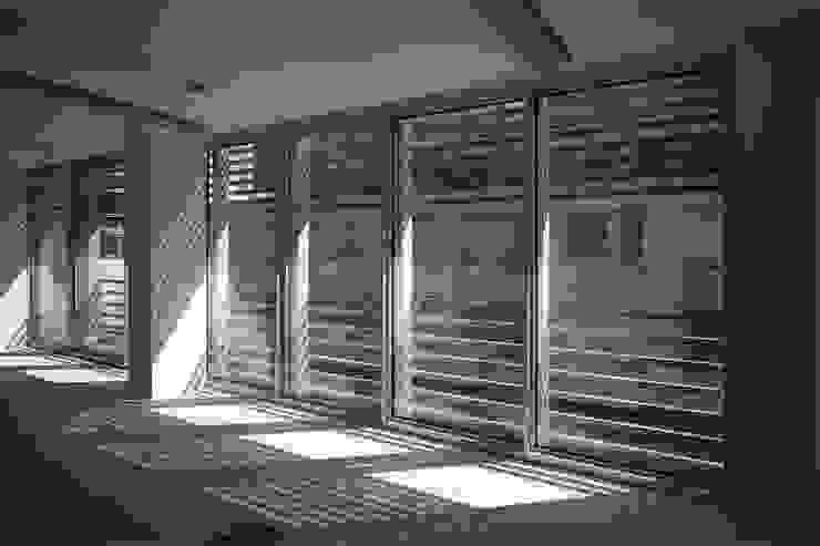 Particolare finestre di un ufficio al piano ultimo Finestre & Porte in stile moderno di Studio di Architettura Fabio Nonis Moderno